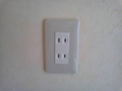 電気コンセントがカスタマイズできるアパート カバーの取付