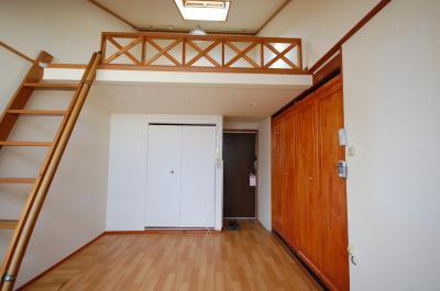 ロフト付きアパート洋室からロフト