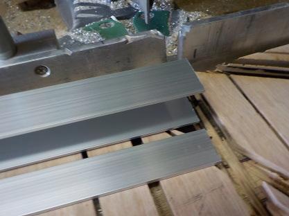 天窓網戸の製作 取付用フラットバーラッチ用チャネルの切断