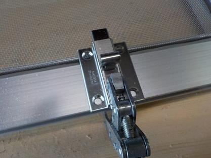 天窓網戸の製作 ラッチ取付