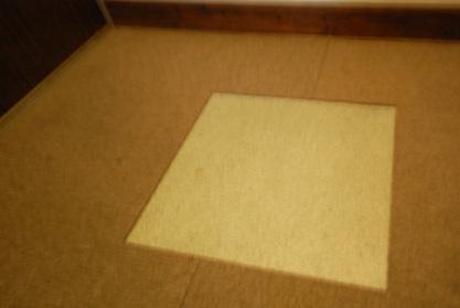 廊下の汚れたタイルカーペットを取り除いたところ