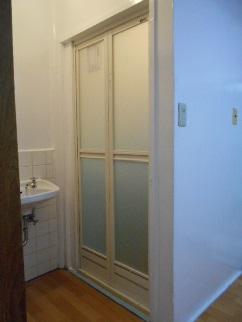 折り戸の取付 ドアを建て込み完成