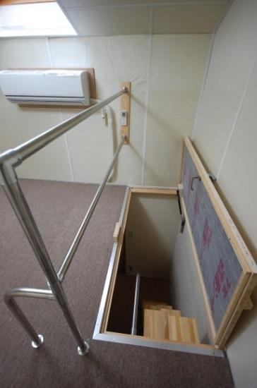 防音ロフト 防音扉 階段は互い違い階段です。