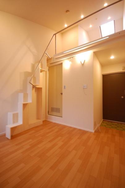 白い互い違い階段とロフトの照明