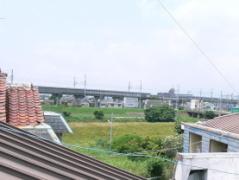 アパートのロフトの天窓からの景色