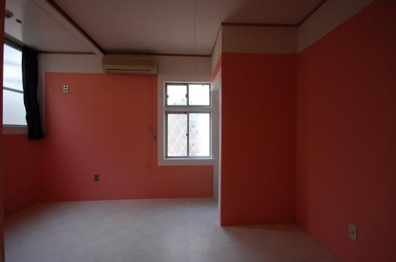 クロスのカスタマイズできるアパート バラ色のお部屋 西側