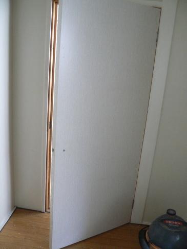 防音ドアの表面シールを貼ります。