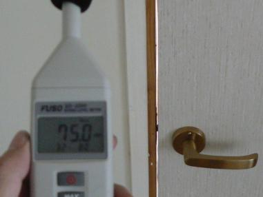 防音ドアに戸当たりを付けないと隙間ができて音が漏れます
