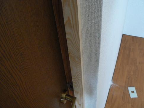 防音ドアに戸当たりを取り付けます。四周です