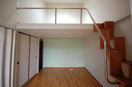 ステンレス手すりで階段からロフトまで一体の手すりです。正面写真