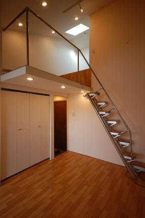 ロフト付きアパート ロフトまでの高さを和らげるために2m10cmのところに段を付けています
