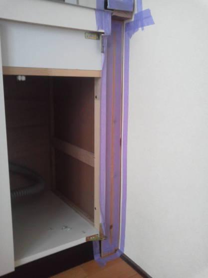 清潔なアパートにするため隙間をなくす 養生テープを貼る