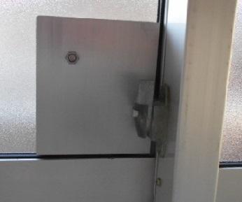 金属板の外側と内側をボルトで接合