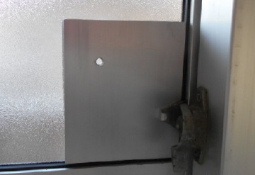 金属板に穴を穿つ