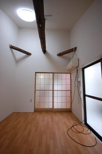 防音室付き古民家のお部屋 入り口側大きな梁が圧巻です。