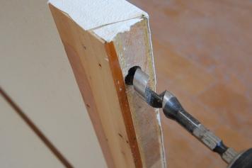 折り戸の金具を取り付ける穴を開ける