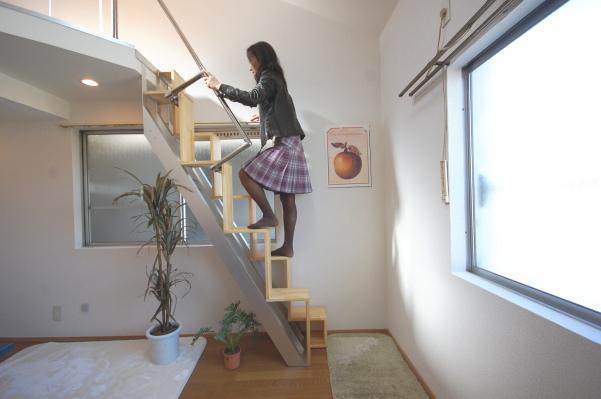 ロフト付きアパートに訪問者が階段を上る
