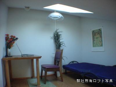 ベッドと机を置いた小社ロフト付アパート