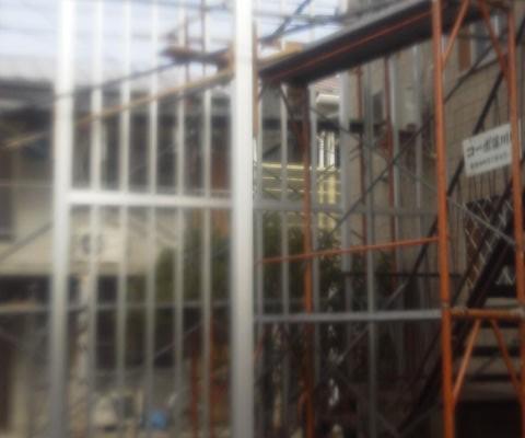 ベランダと階段の屋根を製作中