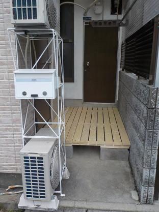 入り口周りの整理のカスタマイズ室外機を重ねてウッドデッキを作りました