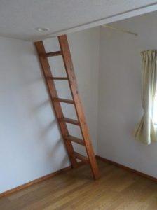 南向きロフト付アパートにステンレスの互い違い階段設置前