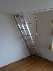南向きロフト付アパートにステンレスの互い違い階段設置しました(裏面)