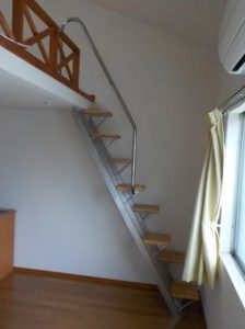 南向きロフト付アパートにステンレスの互い違い階段設置しました