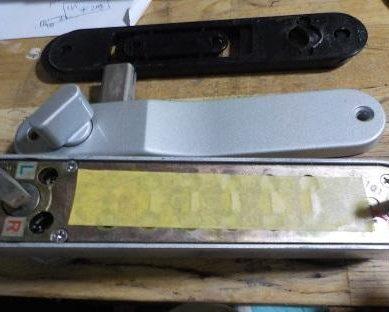 入居者だけのダイヤル錠に変更 テープを貼って目隠し