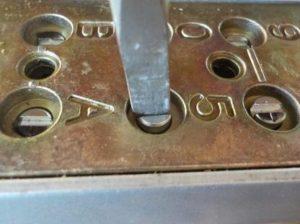 入居者だけのダイヤル錠に変更 ドライバーでダイアルを設定