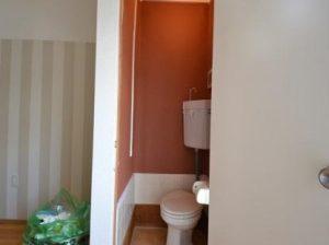 トイレには濃い色の壁紙貼り