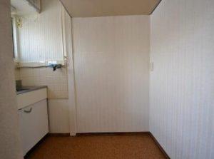 キッチンに縦縞の壁紙貼り