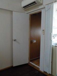 ロフト付アパート トイレ内部工事後ドアを開けたところ