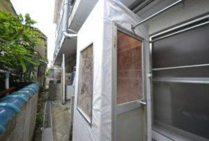 仮設喫煙室設置 窓付です。