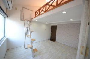南向きロフト付賃貸P14 階段を出したところキッチンよりお部屋